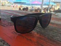 Sonnenbrille am Strand Lizenzfreies Stockfoto