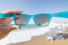 Sonnenbrille am Strand lizenzfreies stockbild