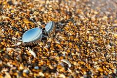 Sonnenbrille, Strand, Reflexion, Sommer, Belichtung, Sand, Kiesel, Lizenzfreie Stockfotografie