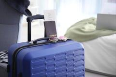 Sonnenbrille und Dokumente auf Reisekoffer zuhause stockfotografie