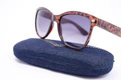 Sonnenbrille und Fall Stockfoto
