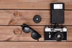 Sonnenbrille und Fotokamera und -linse Stockfoto