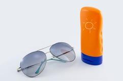 Sonnenbrille und Körperlotion Lizenzfreies Stockfoto
