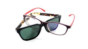 Sonnenbrille und Schauspiele auf weißem Hintergrund Lizenzfreies Stockfoto