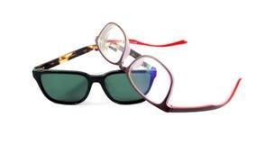 Sonnenbrille und Schauspiele auf weißem Hintergrund Lizenzfreies Stockbild