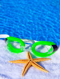 Sonnenbrille und Starfish auf einem Tuch Lizenzfreies Stockfoto
