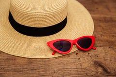 Sonnenbrille und Strohhut sind zum Treffen ein Meer bereit stockfoto