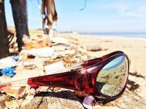 Sonnenbrilleanordnung neben Strand Stockbilder