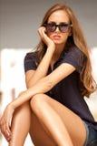 Sonnenbrillefrauenportrait im Freien Stockbild