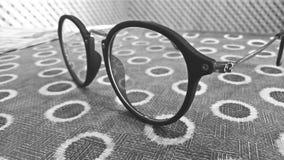 Sonnenbrillehaltung Stockfotos