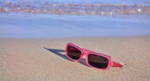 Sonnenbrillen auf dem Sand Lizenzfreies Stockbild