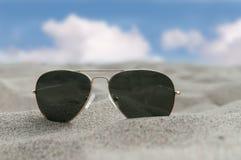 Sonnenbrillen auf dem Sand Stockfoto