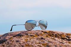 Sonnenbrillen auf dem Strand Lizenzfreies Stockbild