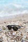 Sonnenbrillen auf dem Strand Stockfotos