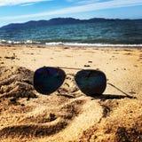 Sonnenbrillen auf dem Strand Stockbild