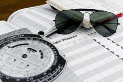 Sonnenbrillen auf einem Flugplan Lizenzfreie Stockbilder