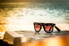 Sonnenbrillen auf einem Strand Stockfotografie