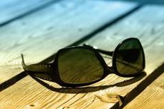 Sonnenbrillen auf Holz Lizenzfreie Stockbilder