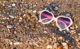Sonnenbrillen auf Strand Lizenzfreies Stockbild