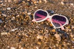 Sonnenbrillen auf Strand Lizenzfreies Stockfoto