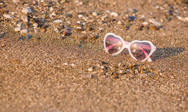 Sonnenbrillen auf Strand Stockbilder