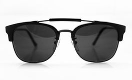 Sonnenbrillen auf weißem Hintergrund Stockbilder