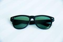 Sonnenbrillen auf weißem Hintergrund Stockbild