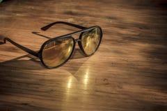 Sonnenbrillen auf Weinlesetabelle Lizenzfreie Stockfotos