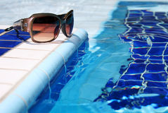 Sonnenbrillen durch Pool Stockbilder