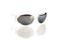 Sonnenbrillen getrennt auf Weiß Stockbild