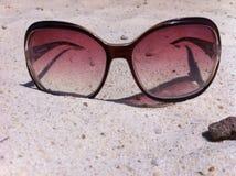 Sonnenbrillen im Sand Lizenzfreie Stockfotos