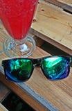 Sonnenbrillen u. Cocktail - Smartphone selfie Lizenzfreies Stockbild