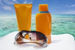 Sonnenbrillen und Sonneschutz Sahne Stockfotos