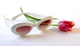 Sonnenbrillen und Tulpe Lizenzfreie Stockfotos