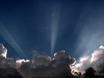 Sonnendurchbruch über Wolken Stockbild
