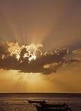 Sonnendurchbruch auf dem Wasser Stockfotografie