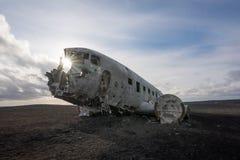Sonnendurchbruch durch das Flugzeugwrack DCs 3 in Island Stockbild