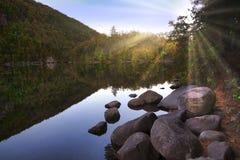 Sonnendurchbruch durch die Bäume in Kapellen-Teich lizenzfreies stockfoto