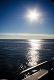 Sonnendurchbruch-Wasser-Ansicht vom Ponton-Boot Stockbilder