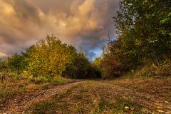 Sonnendurchbruchwolken und bunter Herbst Lizenzfreie Stockfotografie
