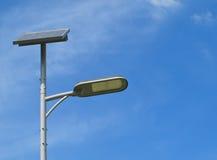Sonnenenergie-Straßenlaterne Stockbilder