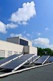 Sonnenenergiepanels auf Dachspitze Stockfotos
