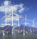 Sonnenenergiepanels und Windturbine Lizenzfreie Stockfotos