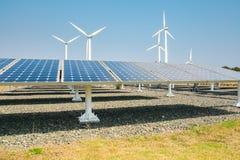 Sonnenenergiepanels und Windturbine Stockbild