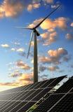 Sonnenenergieplatten und -Windkraftanlage Stockfotografie