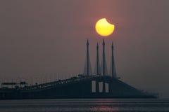 Sonnenfinsternisansicht von Penang-Brücke, Malaysia Stockfoto