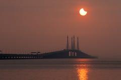 Sonnenfinsternisansicht von Penang-Brücke, Malaysia Stockbild