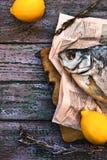Sonnengetrocknete Fische auf dem purpurroten hölzernen Hintergrund Stockbild