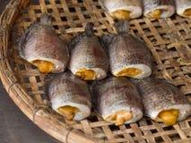 Sonnengetrocknete Fische im Korb Lizenzfreie Stockfotos