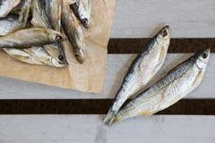 Sonnengetrocknete Fische Vorrat-Fische auf dem braunen Papier Stockfoto